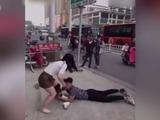 China: Hombre se aferra de su novia para que no lo deje