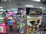 Niño golpea a un ladrón armado en un centro comercial