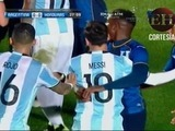 Con un abrazo Romell Quioto detiene a Leonel Messi
