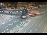 Impresionante accidente: Dos camiones aplastan a auto particular