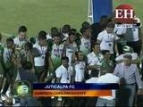 Momento en que el Juticalpa FC levanta la Copa Presidente