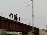 Niño de la India retan a la muerte en vías de un tren