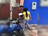 Mujer le pega paliza a su propia madre en plena calle