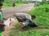 Hombre camina 10 kilómetros con el cadáver de su esposa en la India