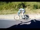 El ciclista que utiliza su cuerpo para rebasar a sus compañeros