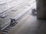 Policía salva a una persona de morir arrollada por un tren