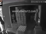 Mujer recibe a balazos a ladrones que invadieron de noche su negocio