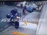 Video muestra como despojan de la moto a un hondureño