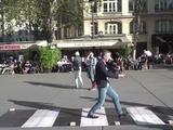 El recordado paso de cebra de los Beatles se instala en París