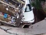 Tegucigalpa: Camión recolector de basura se hunde en pavimento