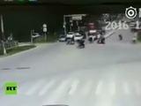 Un camión pierde el control y estalla en llamas en China