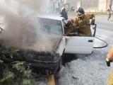 Taxi es consumido por las llamas en el bulevar Morazán de Tegucigalpa