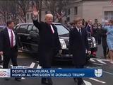Presidente Trump sale de su vehículo en el desfile inaugural