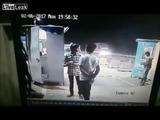 Un auto fuera de control, por poco y se lleva a varios hombres en un peaje
