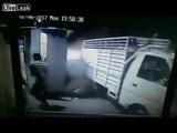 Un auto fuera de control, por poco y se lleva a varios hombres
