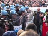 Taxistas chocan con policía en protesta contra Uber en Italia