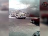 Graban momento en que camión repartidor ardía en llamas