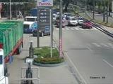 Un camión arrastra a varios vehículos y se estrella en una gasolinera