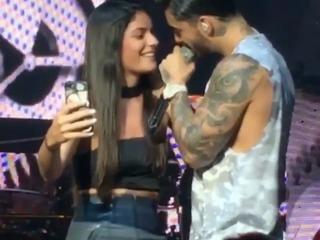 Maluma causa euforia al besar a una de sus fans en un concierto