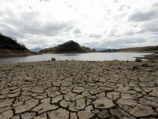 Represa los Laureles baja nivel de agua dramáticamente